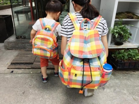 親子裝可由同款包等小配件入手。